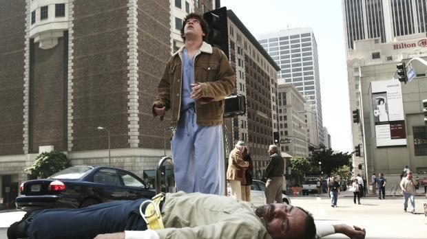 George (T.R. Knight, stehend) bekommt es mit Stu Vargas (Geoffrey Rivas, lieg...