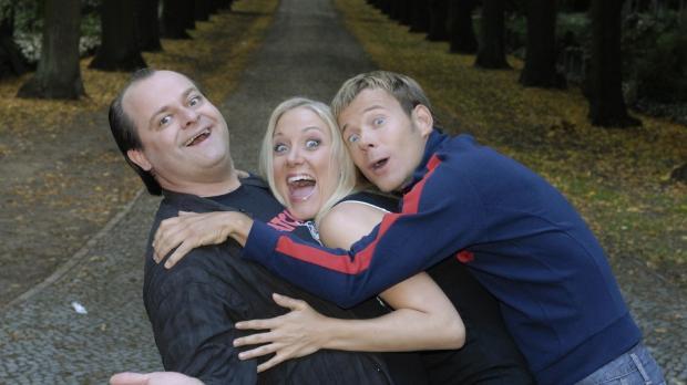 Bei den Dreisten Drei - Die Comedy WG ist ab jetzt Janine Kunze (M.) gemeinsa...
