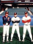 Die Indianer von Cleveland II - Rick Vaughn (Charlie Sheen, M.), Taylor (Tom Berenger, l.) und Roger Dorn (Corbin Bernsen, r.) wollen endlich mal wieder gewinnen ...  Warner Bros.