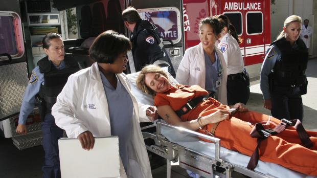 Cristina (Sandra Oh, 2.v.r.) und Dr. Bailey (Chandra Wilson, 2.v.l.) kümmern...