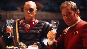Captain Kirk (William Shatner, r.) und Klingonen-General Chang (Christopher Plummer, l.) erheben ihr Glas auf den Frieden ... © Paramount Pictures