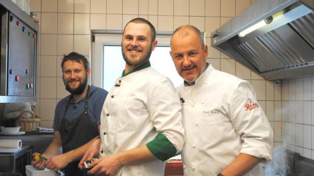 Sternekoch Frank Rosin (r.) ist heute in der kleinen Gemeinde Rothenstein zug...