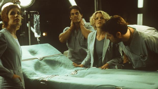 Nachdem Sebastian Caine das Serum erhalten hat, löst sich sein Körper tatsäch...