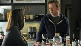 Alicia (Julianna Margulies, l.) erhält Unterstützung von ihrem Bruder Owen Cavanaugh (Dallas Roberts, r.) ... © CBS Broadcasting Inc. All Rights Reserved