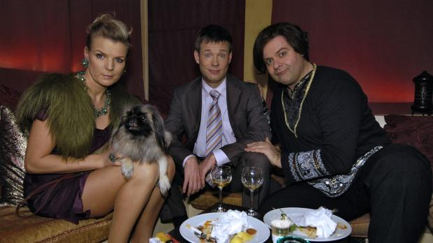 Mirja (Mirja Boes, l.) und Mathias (Mathias Schlung, M.) werden im Orientrest...