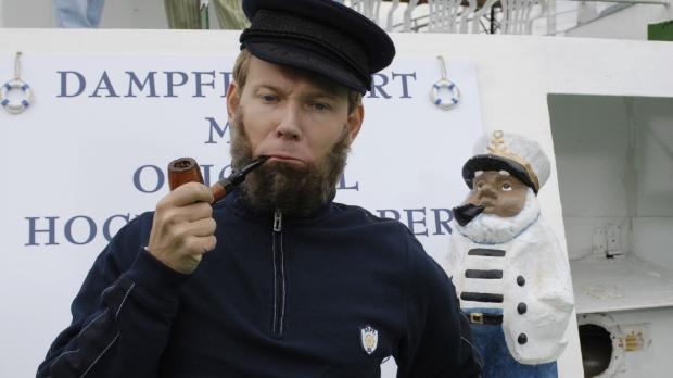 Der Ausflugsdampfer-Kapitän Mathias (Mathias Schlung) verwechselt das Deck mi...