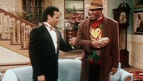 Bill Cosby Show - Elvin (Geoffrey Owens, l.) und Cliff (Bill Cosby, r.) sind beide berzeugt, dass ihr Geschenk viel romantischer ist, als das des anderen.  Viacom