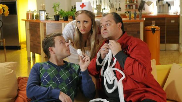 Janine (M.) ist sauer. Sie hat sich für die Mottoparty als Krankenschwester a...