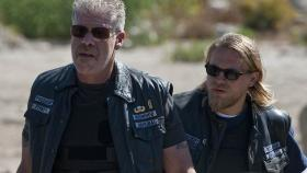 Weiß Jax (Charlie Hunnam, r.) von Clays (Ron Perlman, l.) düsteren Geheimnis? © 2010 FX Networks, LLC. All rights reserved.