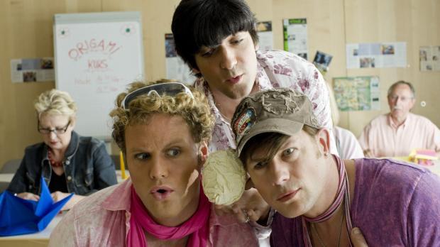 Dieses Mal erfahren die drei Schwulen Bodo (Hanno Friedrich, l.), Jonas (Mirc...