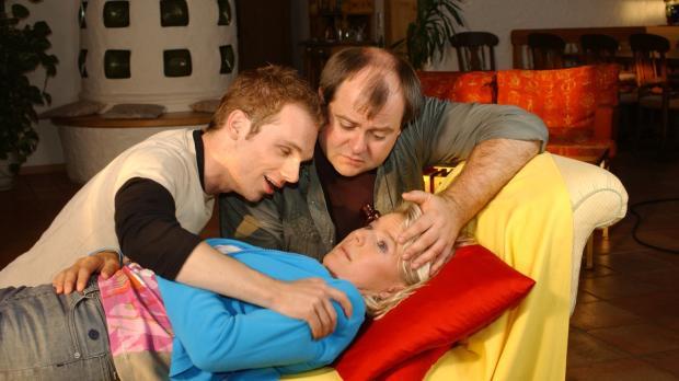 Ralf (Ralf Schmitz, l.) und Markus (Markus Majowski, M.) kümmern sich um ihre...